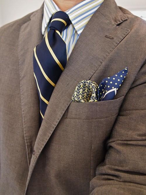 рубашка и галстук в полоску