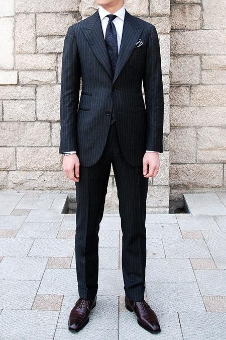 темно-коричневые ботинки с черным костюмом