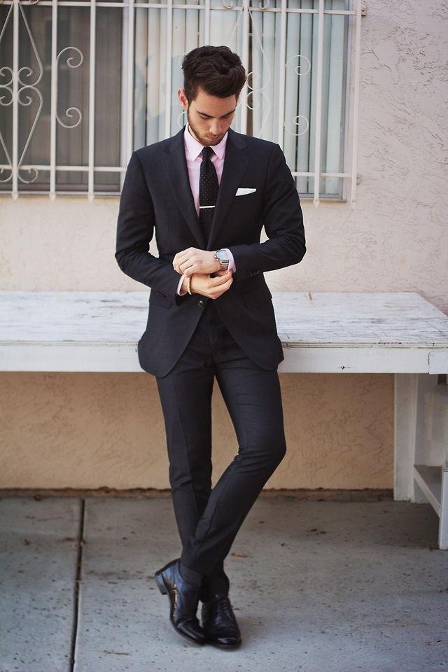 черная обувь с черным костюмом