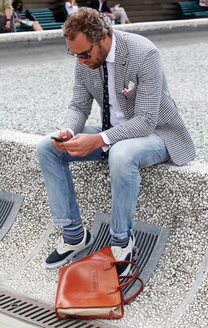 пиджак со спортивной обувью