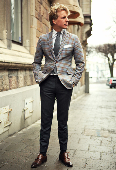 коричневая обувь с темно-серыми брюками