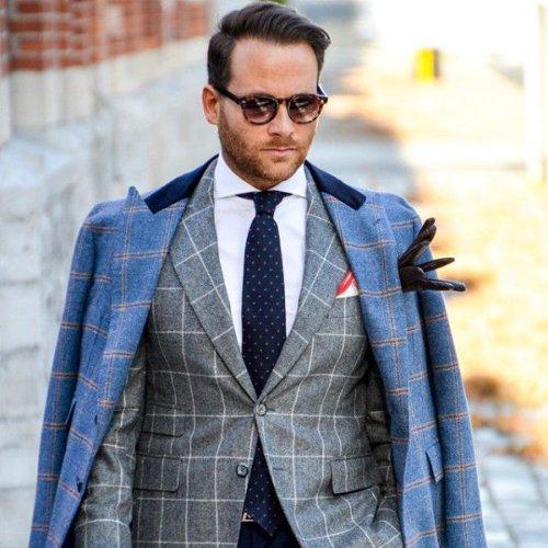 Мужской пиджак на двух пуговицах