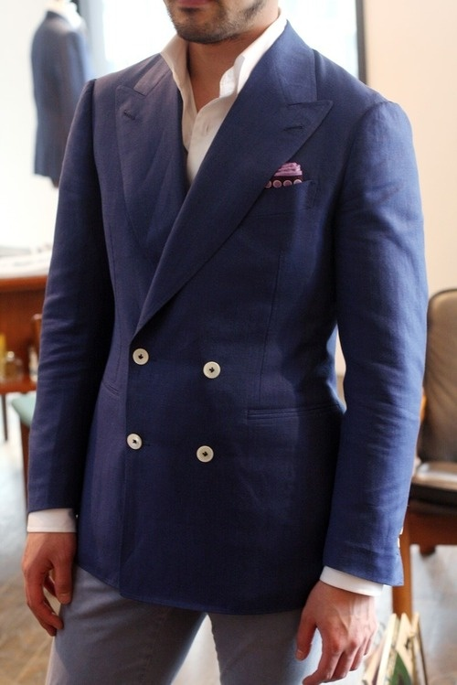 двубортный пиджак с четырьмя пуговицами