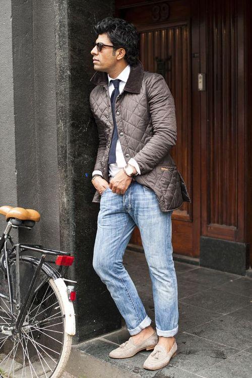 светлые джинсы и лоферы с кисточками
