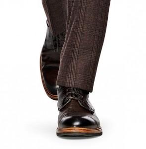 коричневые брюки и коричневые ботинки