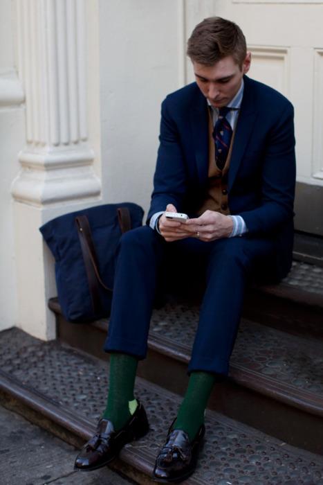 костюм и носки зеленого цвета