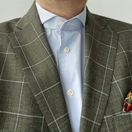 Одна расстегнутая пуговица на рубашке