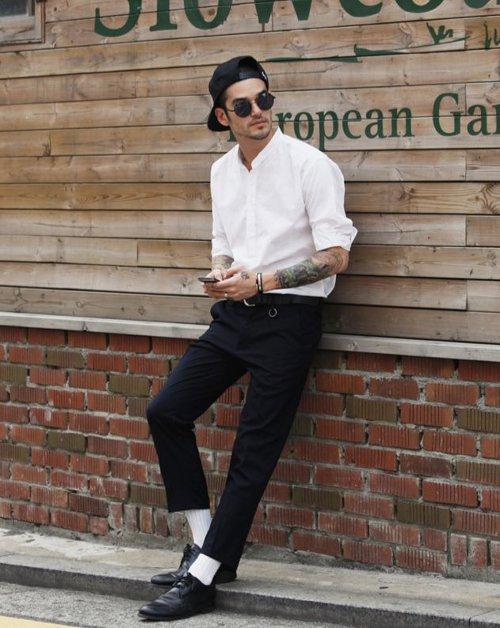 Белые носки с темной обувью