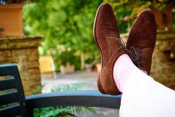 Темная обувь белые носки и светлые брюки