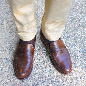 Темная обувь и светлые брюки