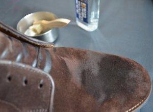 Чистка замшевой обуви с помощью щетки и средства Saphir 2