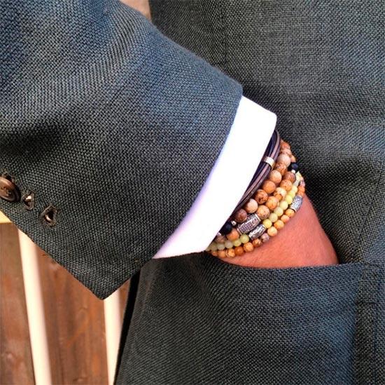 Несколько-браслетов-на-одной-руке