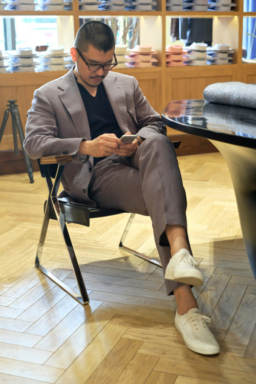 Серый-костюм-и-кроссовки