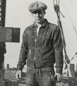 Рабочий-в-джинсовой-куртке-и-кепке