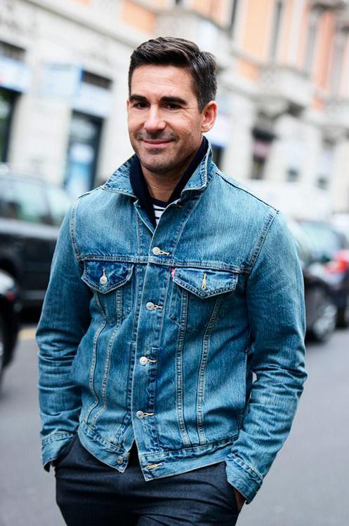 джинсовая-куртка-поднятый-воротник