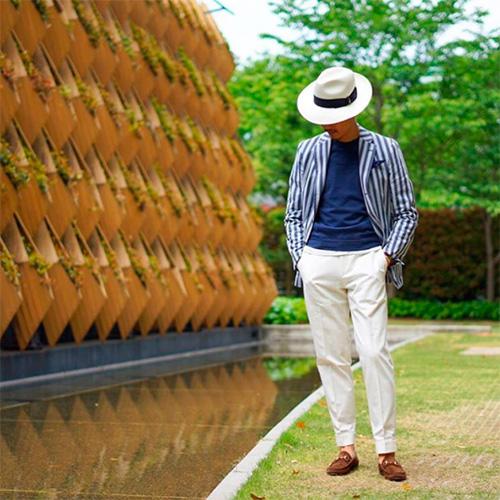 Пиджак-в-полоску-шляпа-белые-брюки