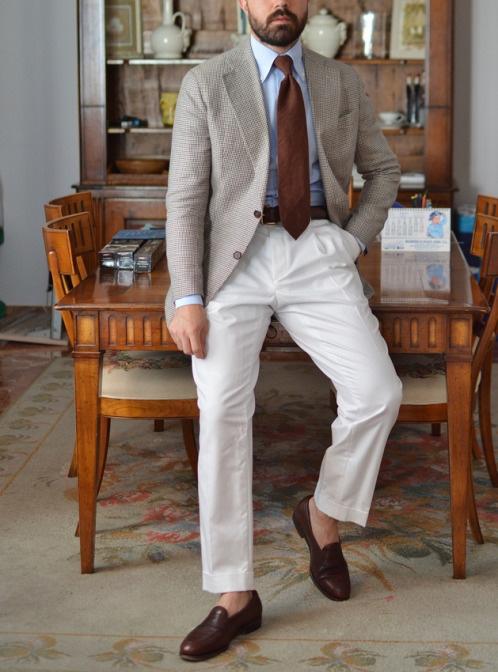Серый-пиджак-со-светлыми-штанами