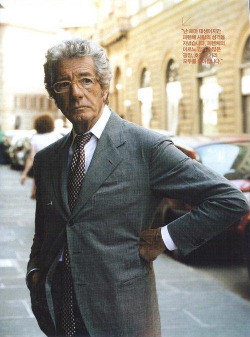 Franco Minucci застегнута только верхняя пуговица пиджака