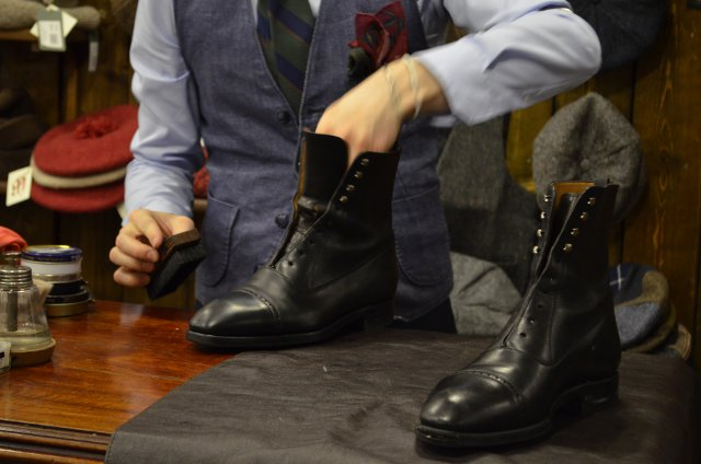 Зимний уход за обувью - нанесение питательного подкрашивающего крема
