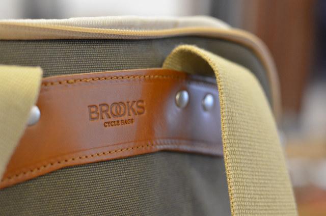 Оттиск логотипа Brooks на коже