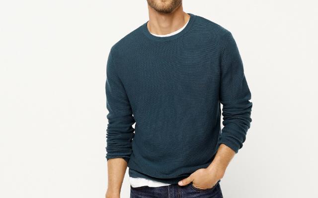 Видимый край футболки под свитером