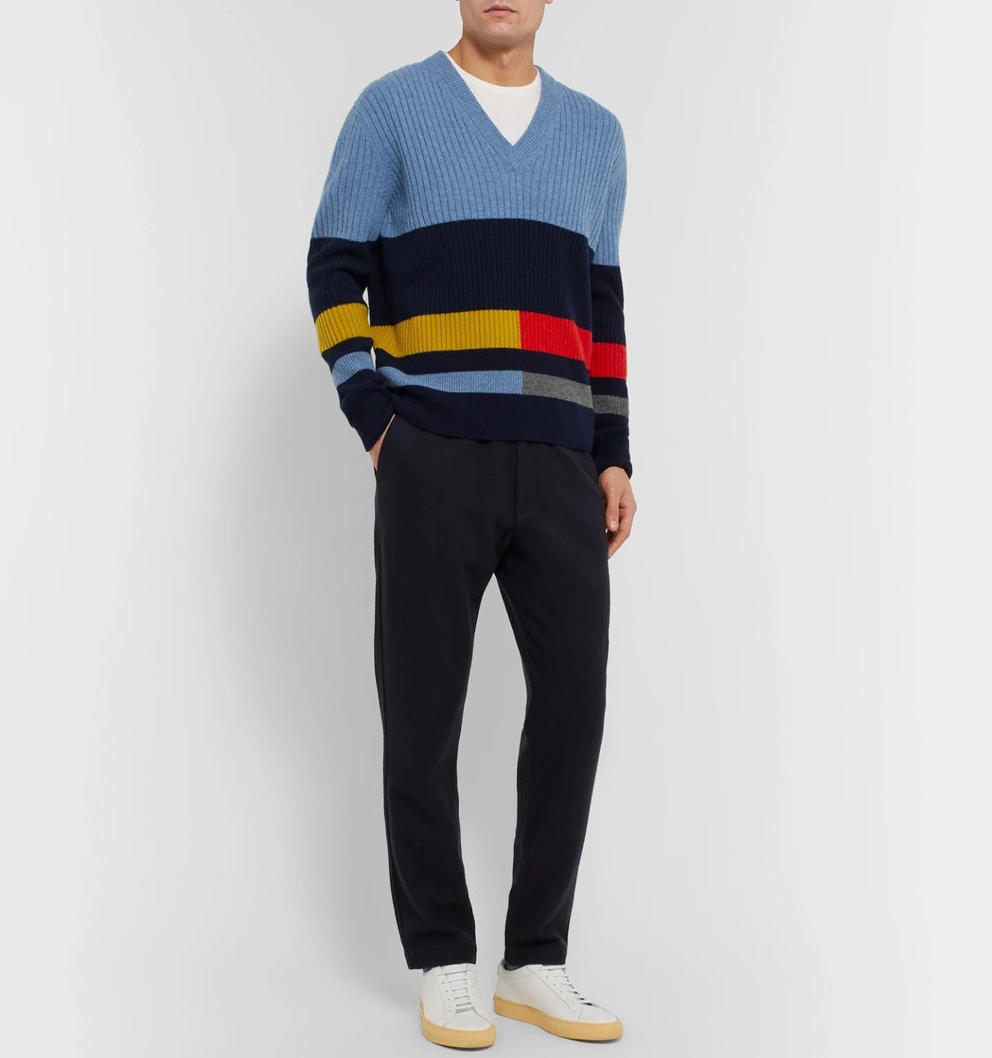 футболка под свитером в v-образным вырезом